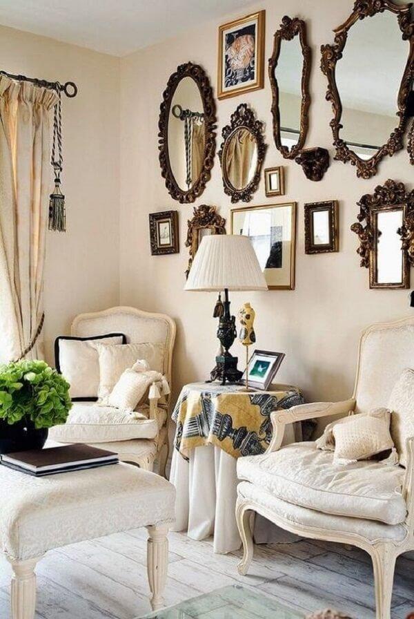 O espelho vintage em diferentes formatos formam uma ousada combinação na parede