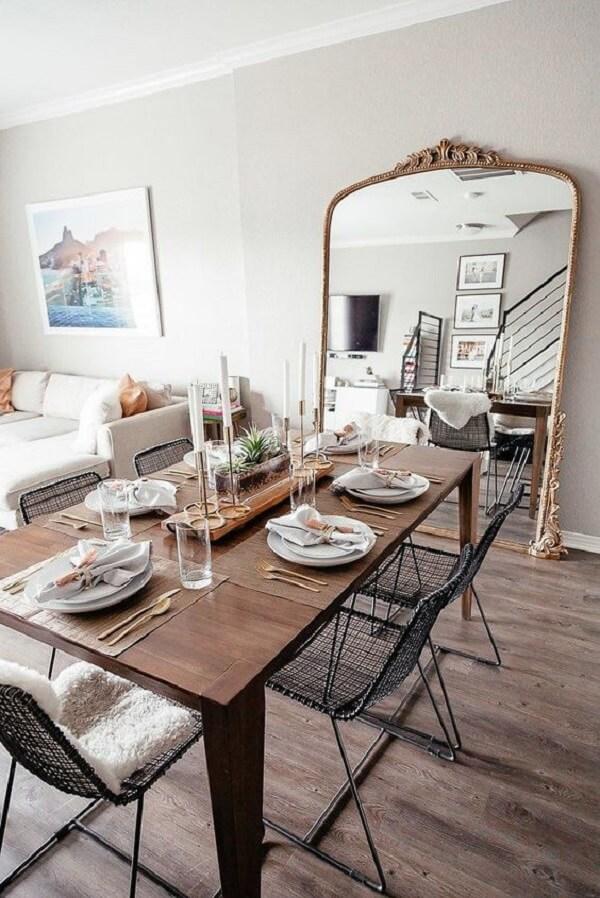 O espelho vintage traz a sensação de amplitude para a mesa de jantar