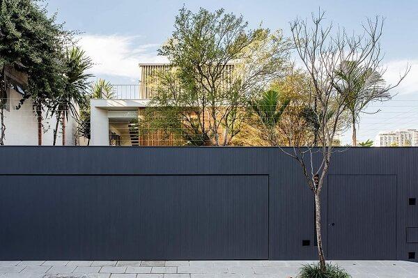 O modelo de muro em tom escuro se destaca na fachada da casa