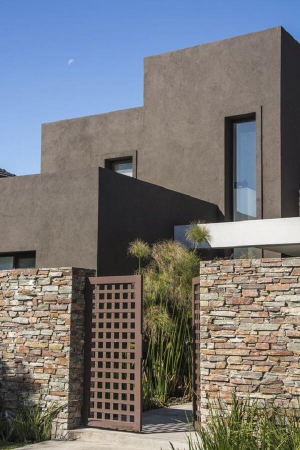 O muro de pedra traz elegância para a fachada de casa
