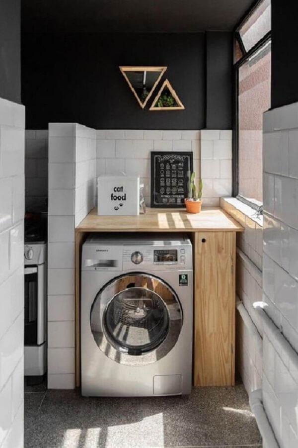 O revestimento branco para lavanderia quebra a sobriedade do preto