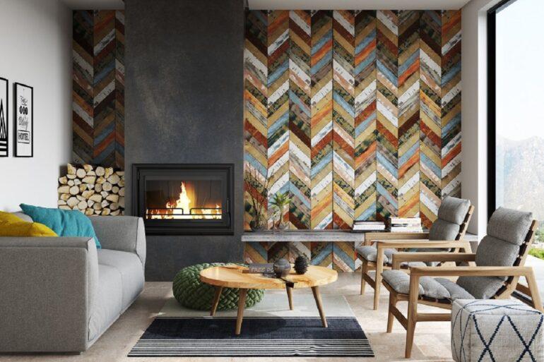 O revestimento de parede traz um toque colorido ao cômodo