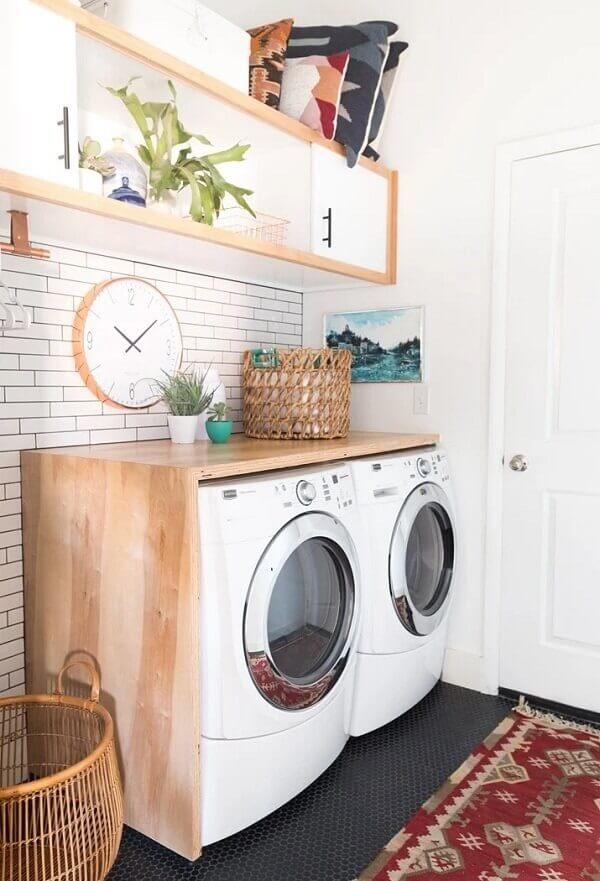 O revestimento para lavanderia pequena com rejunte escuro traz um charme a parte para a decoração