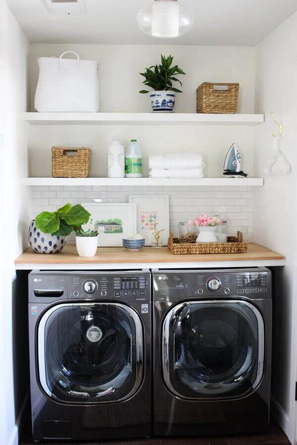 O revestimento para lavanderia pequena em tom branco dá a sensação de amplitude no ambiente
