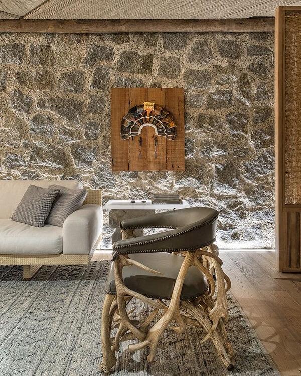 O revestimento para parede de sala fez uso de pedras naturais