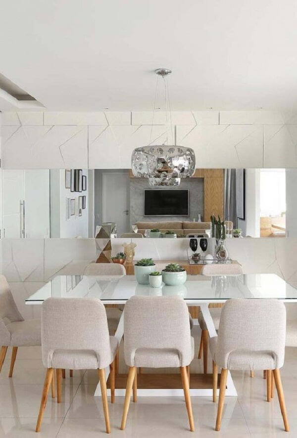 O revestimento parede 3d em conjunto com o espelho decoram a sala de janta