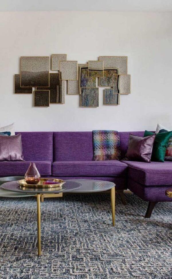 O sofá roxo de linho trouxe elegância para a decoração
