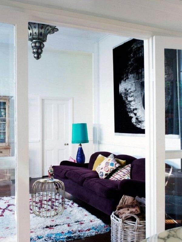 O sofá roxo não passa despercebido no ambiente