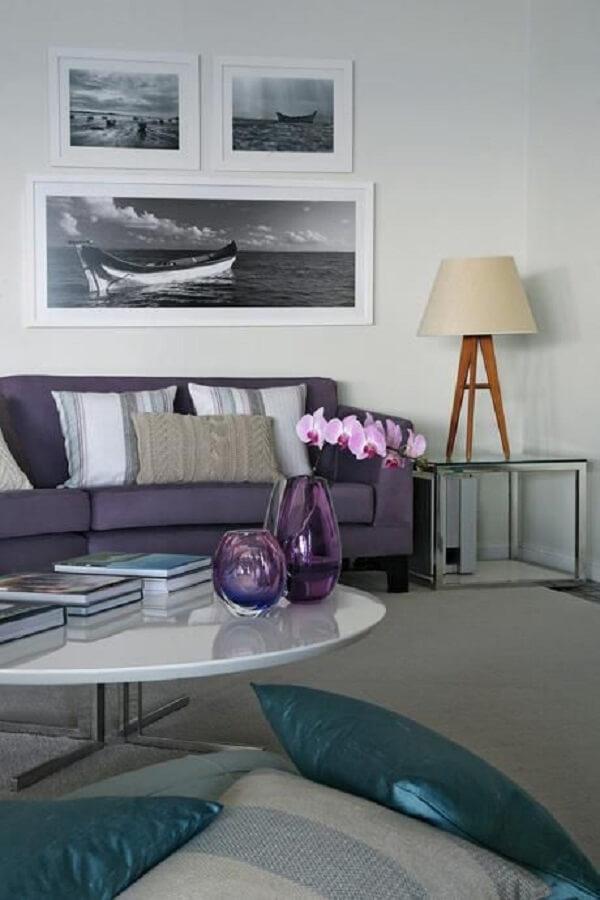 O sofá roxo se conecta com os tons de cinza da decoração