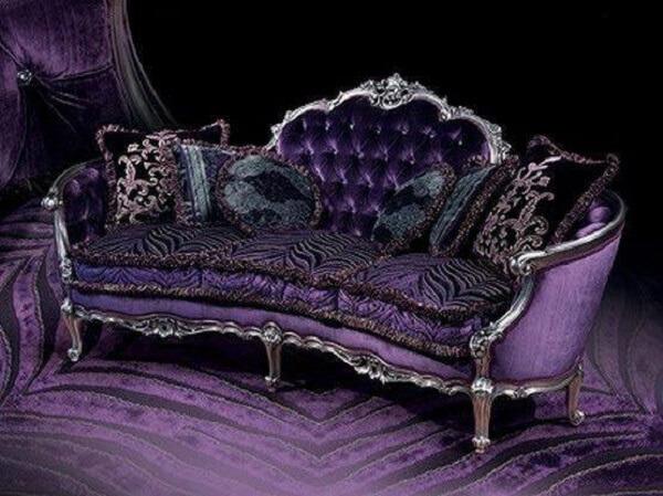 O sofá roxo vitoriano conta com detalhes e belos trabalhos manuais