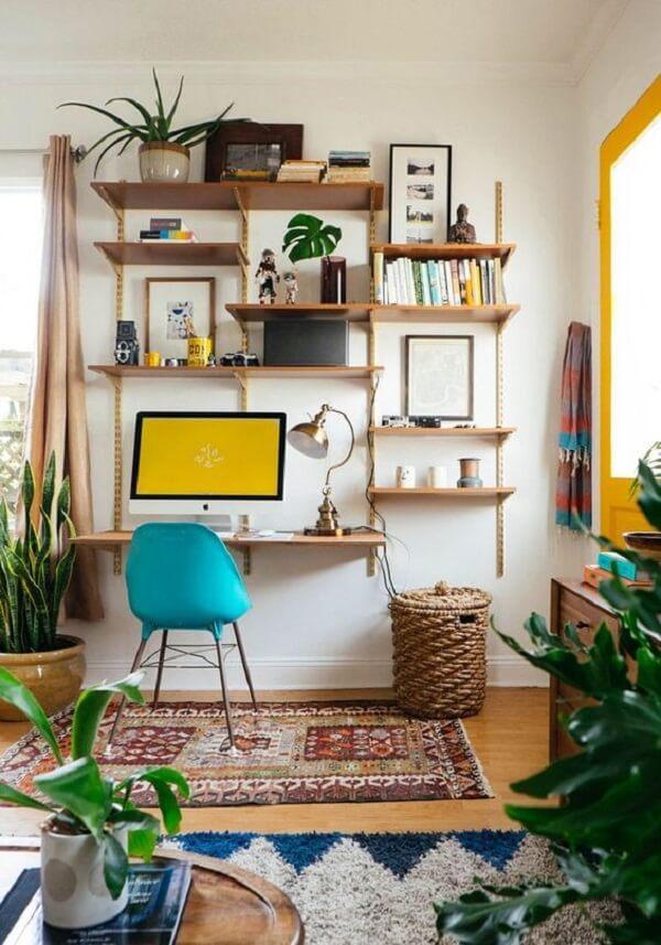 O tapete delimita a área da escrivaninha de madeira suspensa
