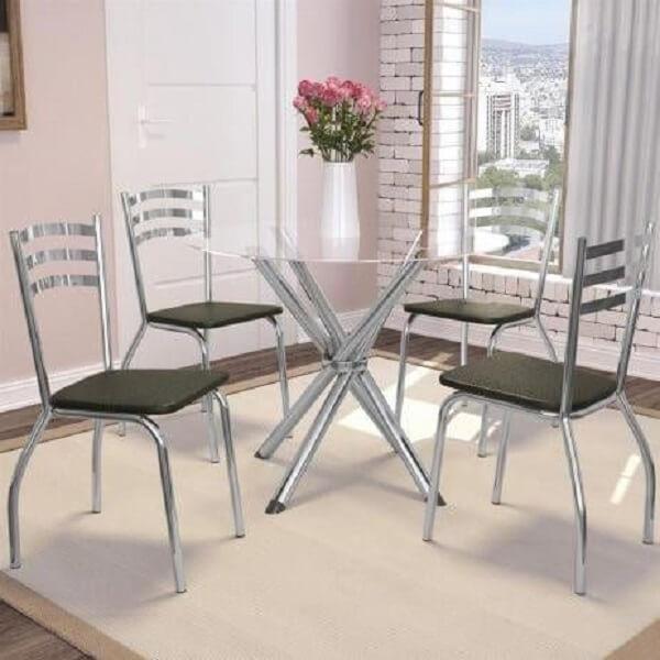 O tapete embaixo da mesa cromada 4 cadeiras delimita a área da sala de jantar