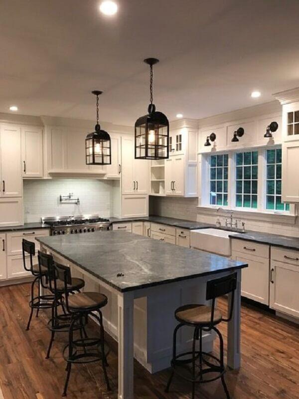 O trio de luminária arandela colonial decora a cozinha