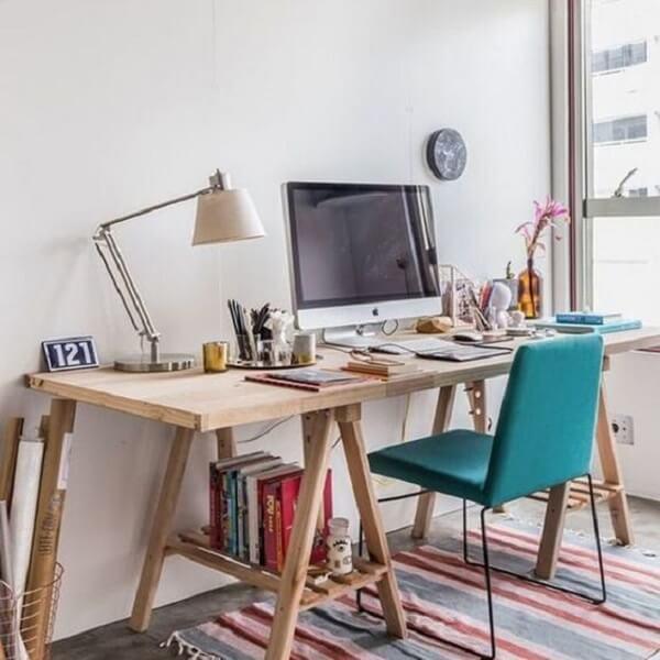 Organize livros e materiais embaixo da escrivaninha de madeira estilo cavalete