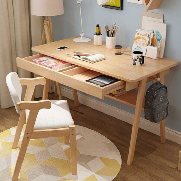 Organize objetos e papéis dentro do gaveteiro da escrivaninha de madeira