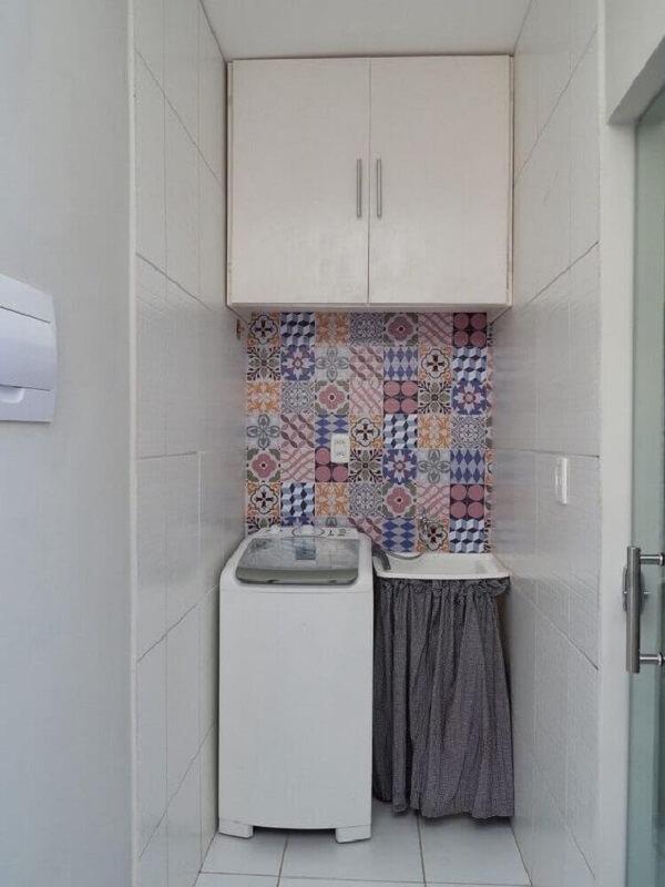 Os ladrilhos hidráulicos coloridos ocupam uma pequena parte da lavanderia pequena