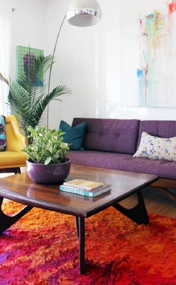 Ouse na decoração e aposte na combinação entre tapete laranja e sofá roxo