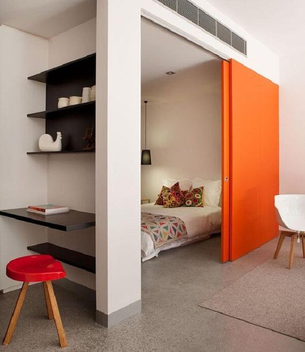 Para um ambiente descontraído procure incluir uma porta para quarto de correr colorida