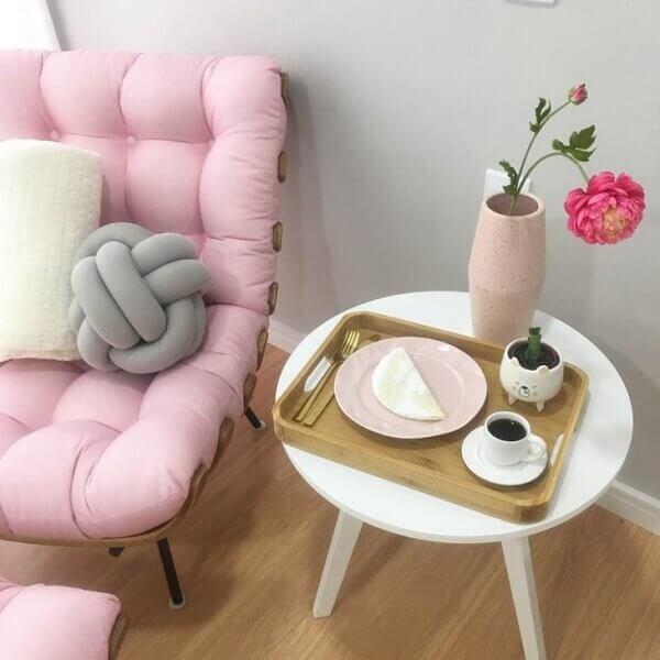 Sala romântica com poltrona capitonê rosa