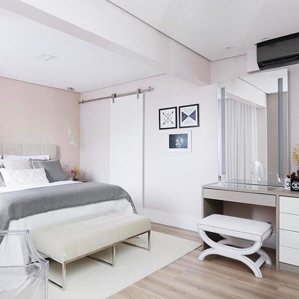 Porta de correr para quarto pequeno com decoração clean e piso de madeira