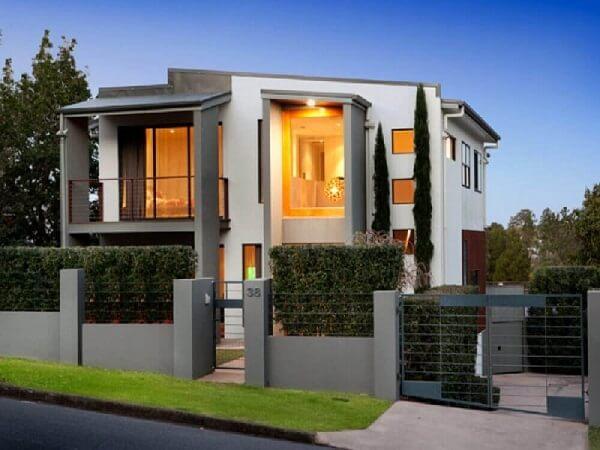 Projeto de casa com muro de alvenaria e ferro