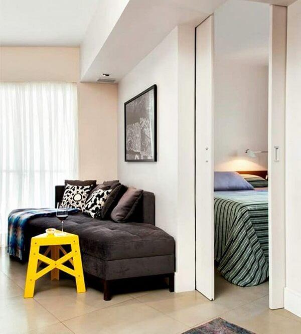 Quando fechada a porta de correr para quarto separa dois ambientes