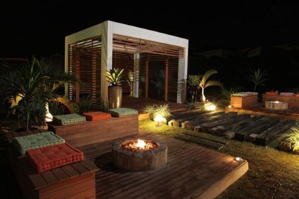 Quintal com pergolado de madeira e estrutura de concreto