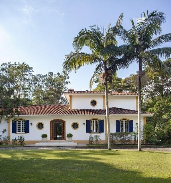 Residência histórica com arandela colonial externa