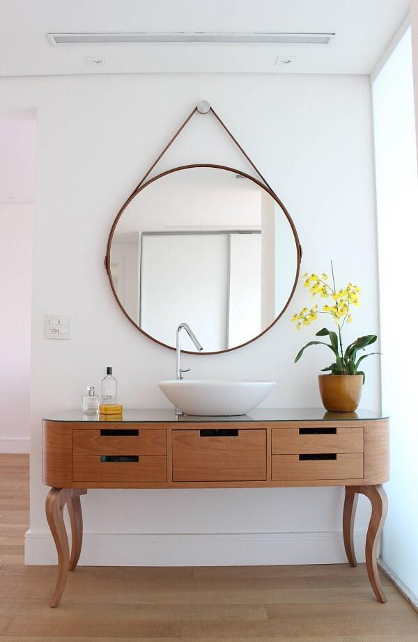 Restaure um aparador de madeira e utilize a peça para acomodar a cuba de apoio para banheiro