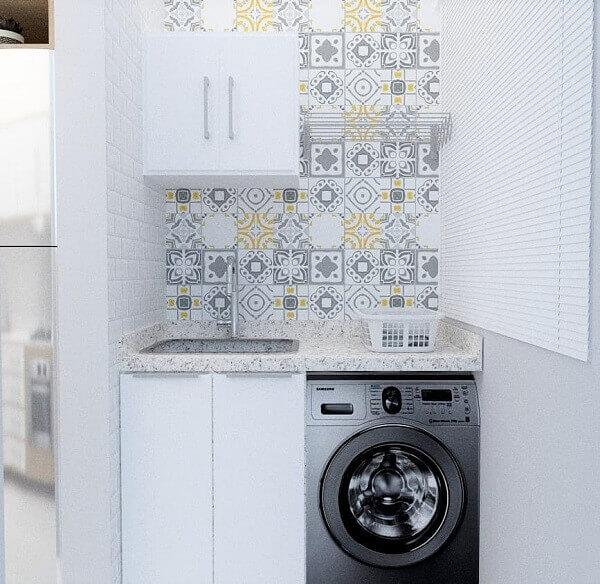 Revestimento branco para lavanderia se mistura com os ladrilhos coloridos
