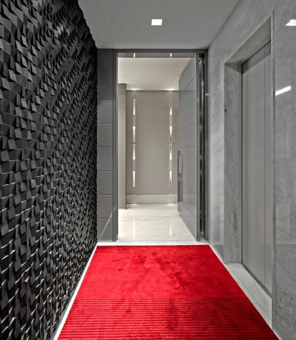 Revestimento de parede 3D preto e luminária para corredor interno decoram o ambiente