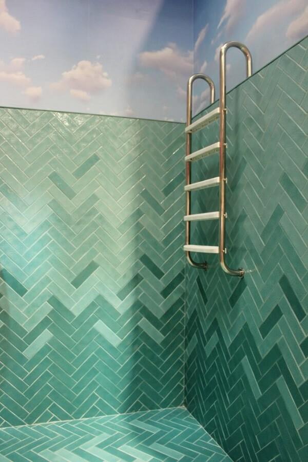 Revestimento de parede da piscina em tons de verde