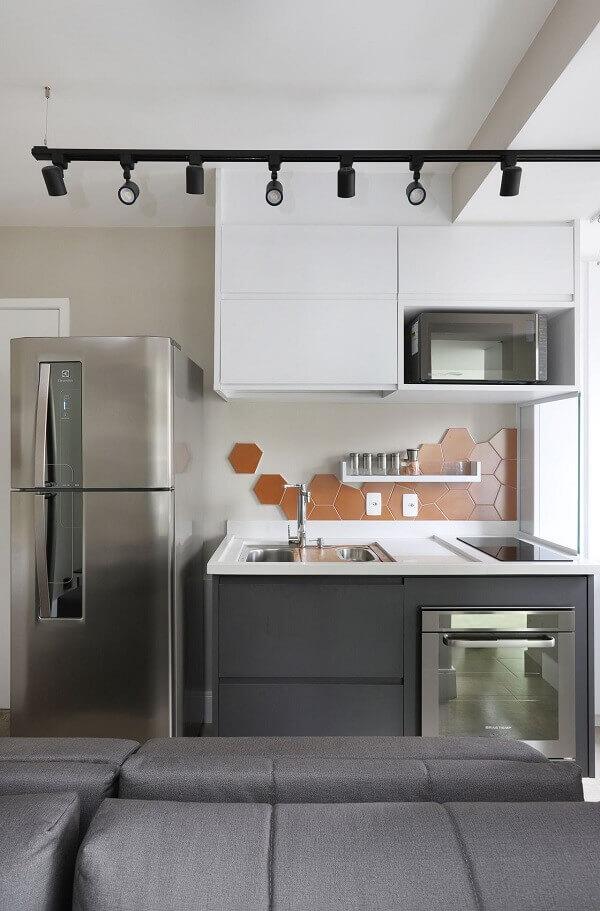 Revestimento laranja na cozinha cinza