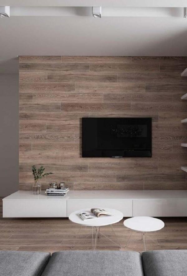 Revestimento de parede porcelanato que imita madeira decora a sala de TV