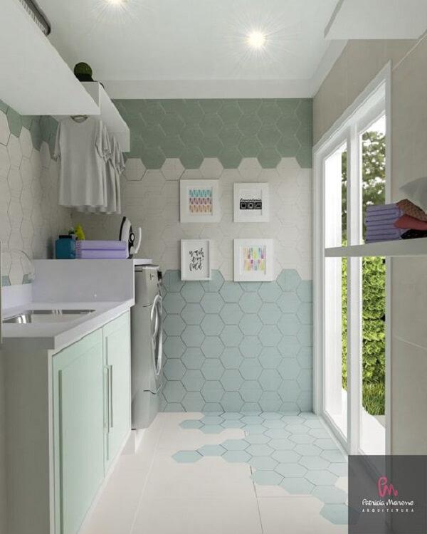 Revestimento para lavanderia com azulejo hexagonal colorido deixa a decoração charmosa