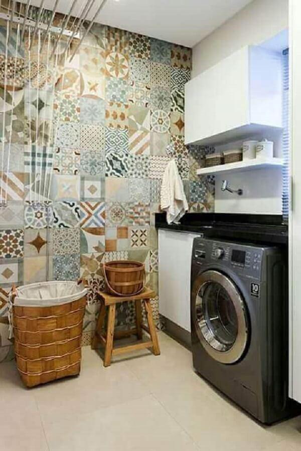 Revestimento para lavanderia feito com ladrilhos coloridos alegram a decoração do ambiente