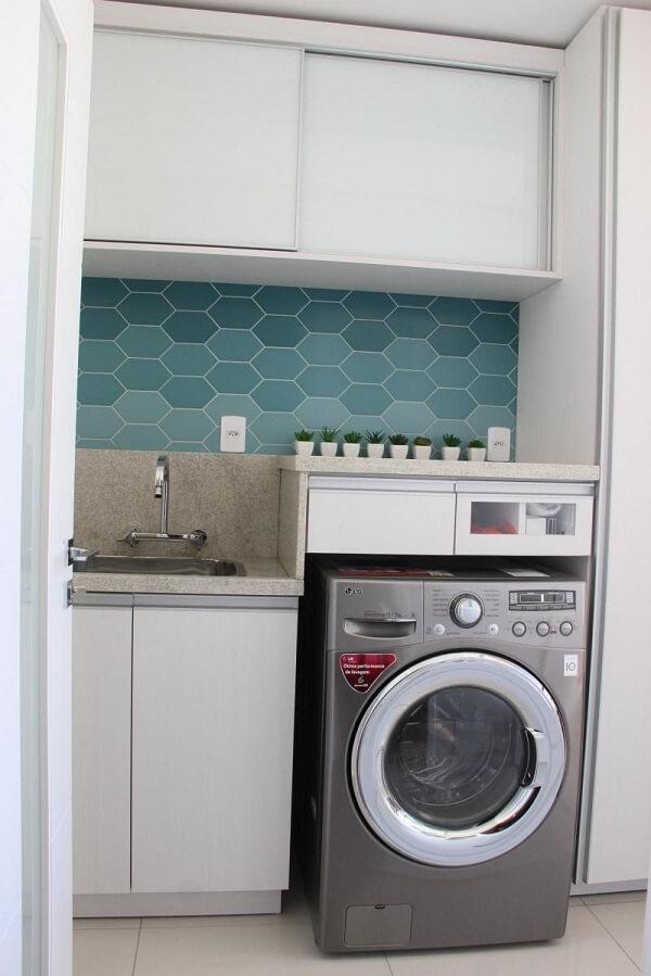 Revestimento para lavanderia interna feito com azulejo hexagonal com nuances de azul