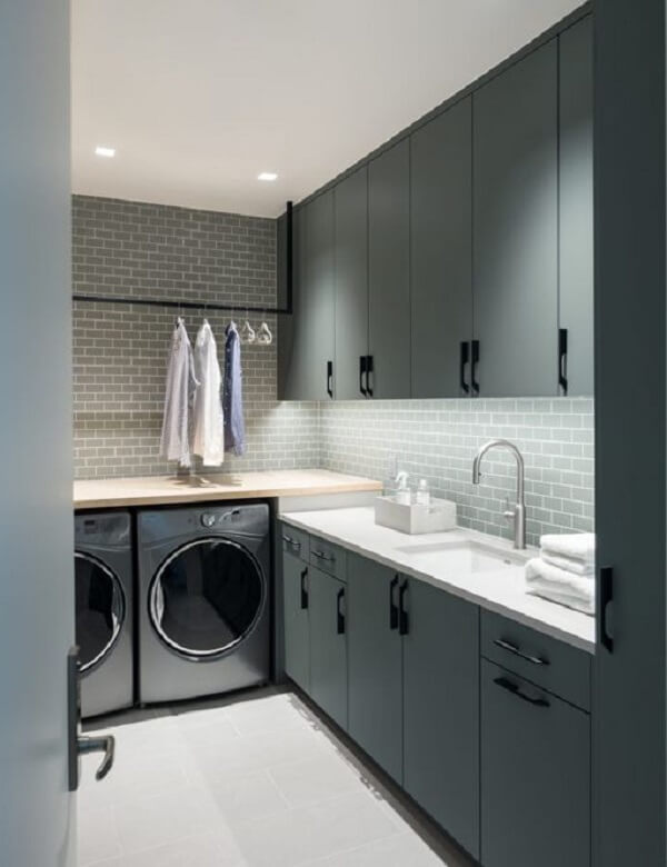 Revestimento para lavanderia interna feito com azulejo metro white cinza