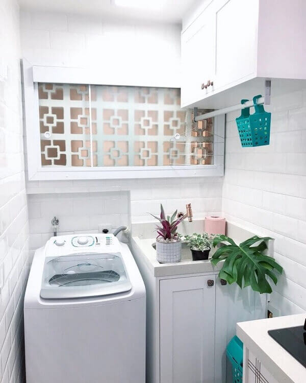 Revestimento para lavanderia pequena em tom branco dá a sensação de amplitude