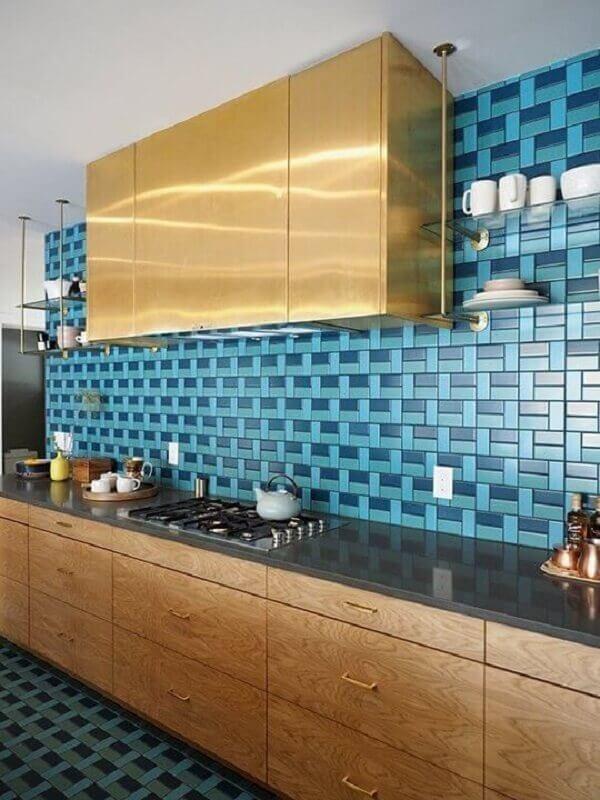 Cozinha com revestimento para parede em tons de azul