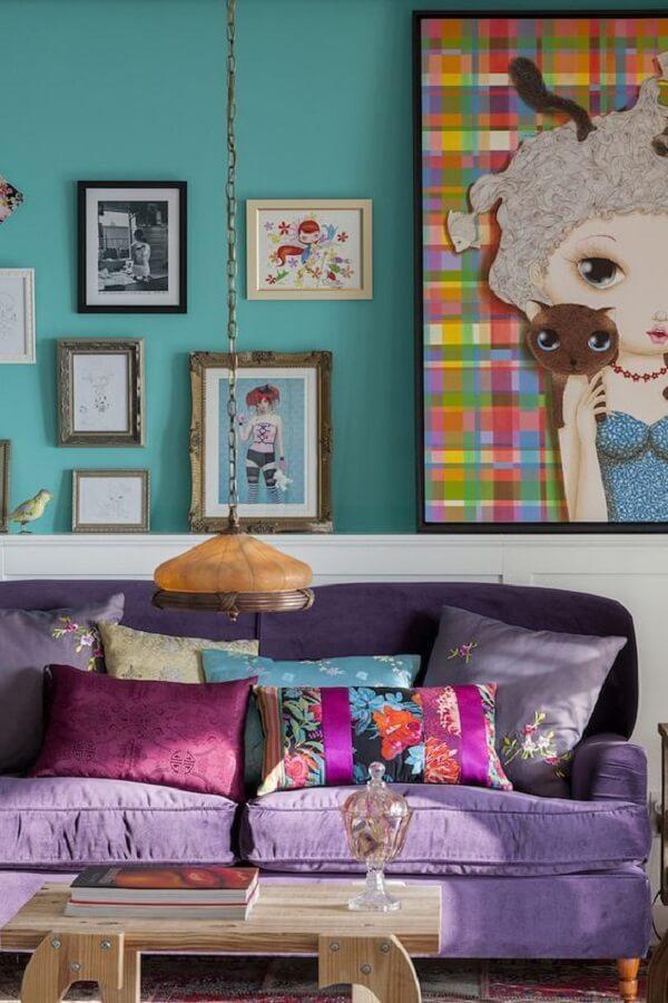 Sala com sofá roxo e almofadas estampadas trazem charme e estilo ao espaço