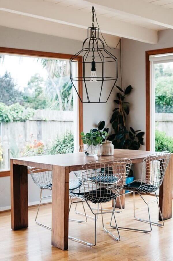 Sala de jantar descontraída com cadeiras cromadas