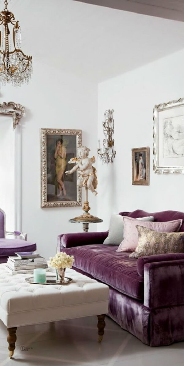 Sala de luxo com sofá roxo