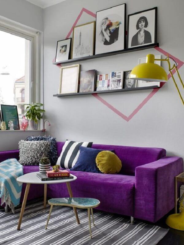 Sala moderna com sofá de canto roxo