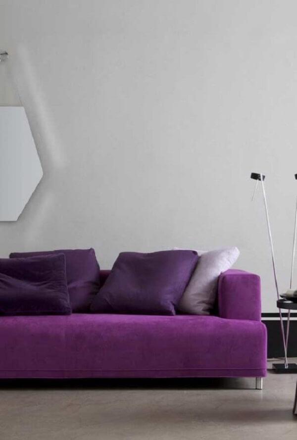 Sofá roxo com design moderno e minimalista