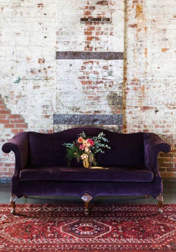 Sofá roxo escuro com design clássico