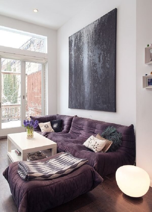 Sofá roxo estilo futton é charmoso e confortável