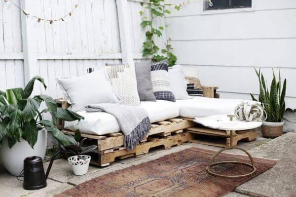Varanda com sofá simples
