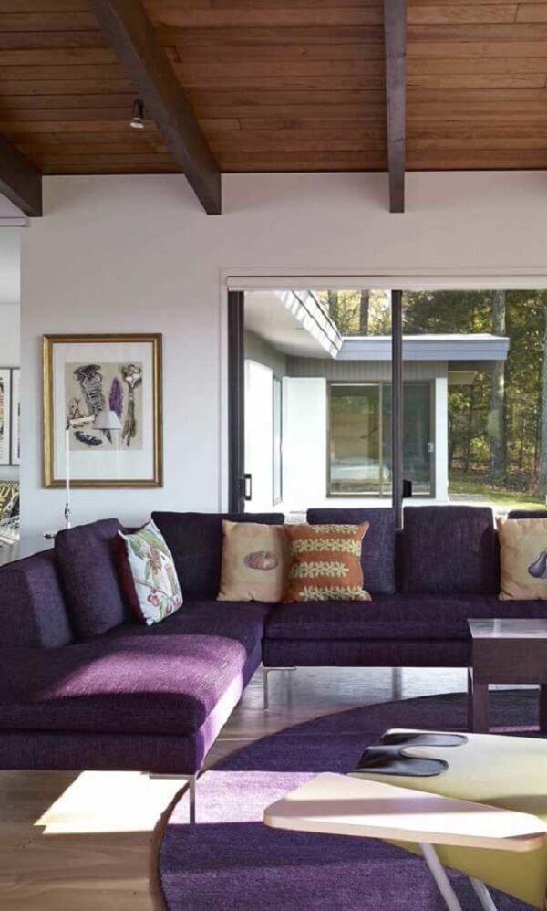 Tapete e sofá de canto roxo? Aposte nessa combinação!