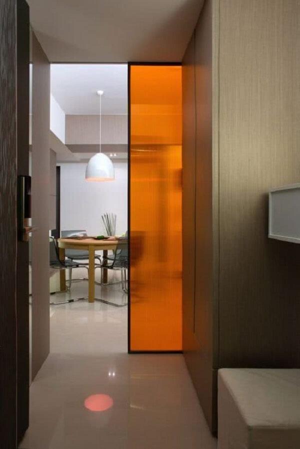 Traga um toque vibrante ao seu projeto incluindo uma porta de correr para quarto colorida
